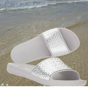 CROCS Sloane Graphic Etched Metallic Women Slides
